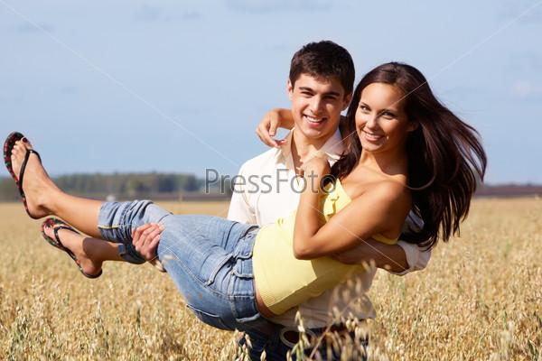 парень несет девушку на руках фото