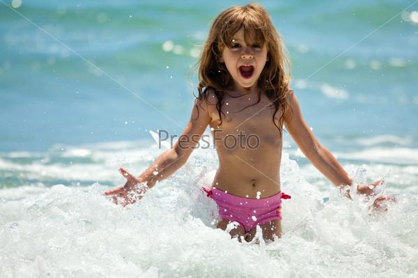 Девчонка купается в море фото 600-549