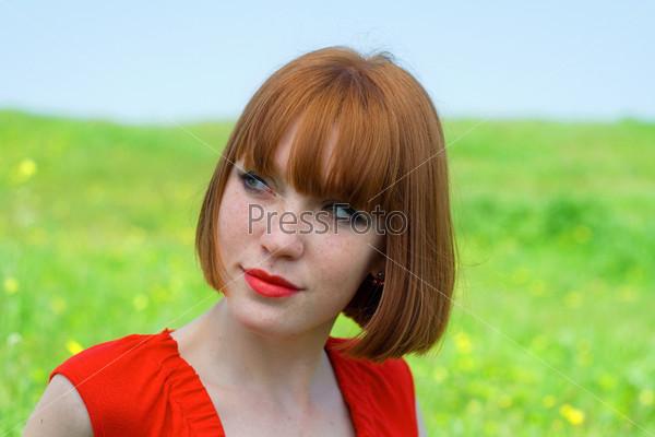 Рыжая девушка модель на лугу фото 745-939