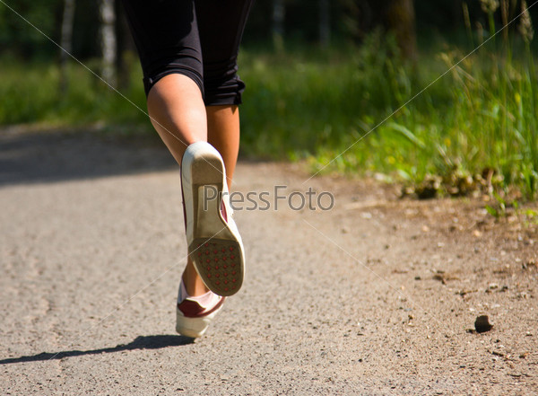Бегущая девушка без одежды фото 749-486