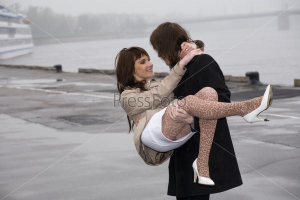 Смешная картинка мужик держит бабу на руках