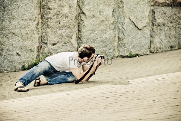 Снимает джинсы на камеру
