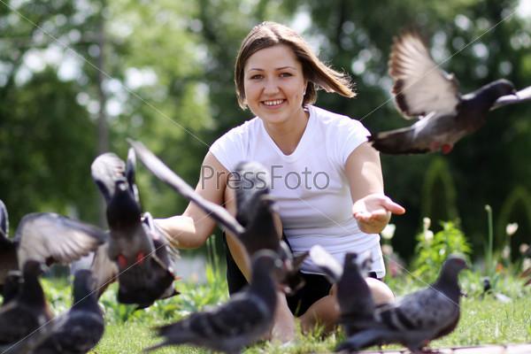 девушка кормит голубей фото