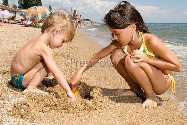 Сестра брат на пляже
