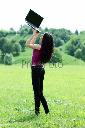 Фото девушка на руках стоит