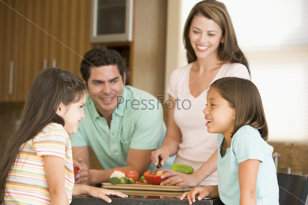 Мама готовит еду