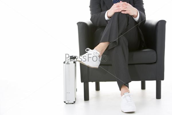 молодую в очках в кросовках на кресле