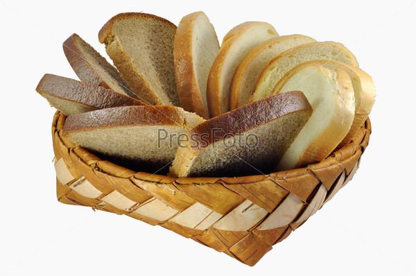 Нарезанный батон и хлеб в плетеной корзине