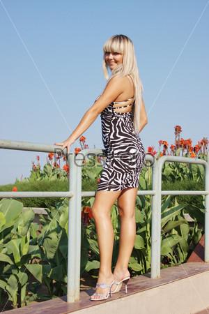 Девушка в коротеньком сарафане