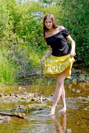 Девушка и ручей фото