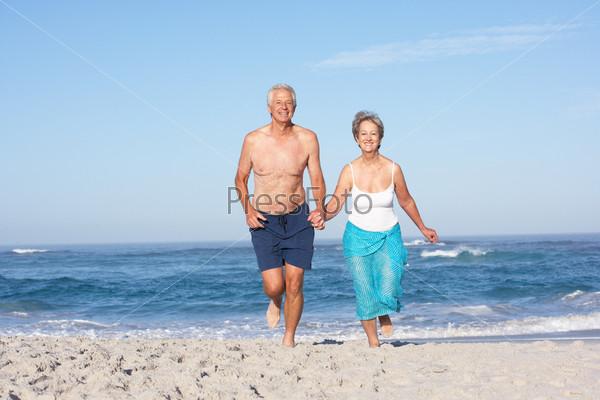 пожилые на закрытом пляже процесс