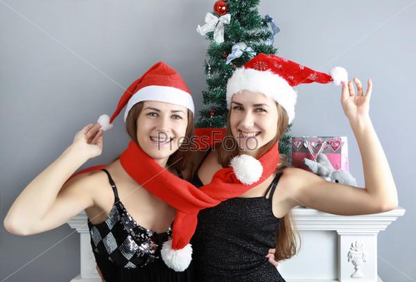 Две девушки в новогодних колпачках фото 359-336