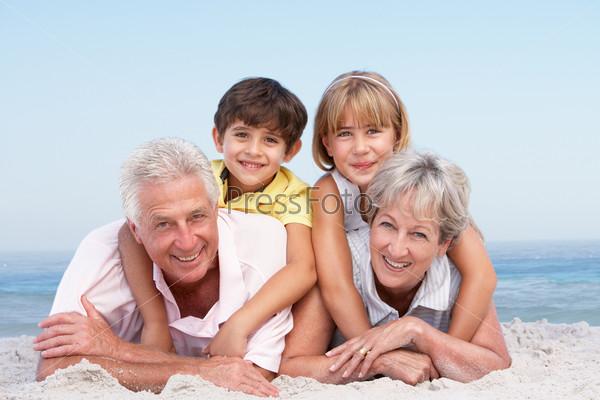 Дед и бабка на пляже фото 444-108