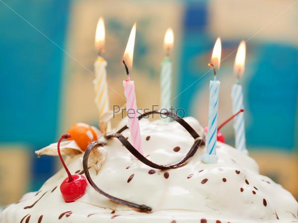 Фотографировать горящие свечи на торте