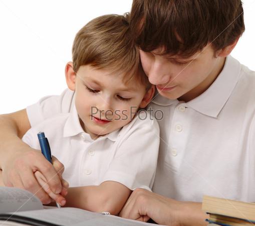 брат помогает делать сестре уроки