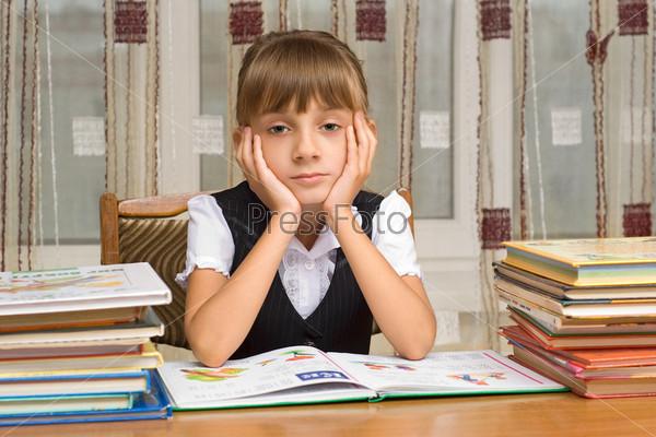 картинки девочка за столом