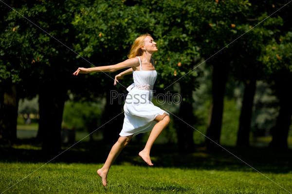 blondinka-na-trave-foto-v-belom-plate