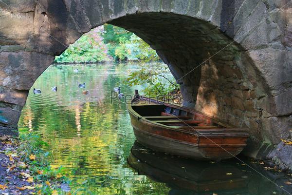 проплывающую мостиком лодку