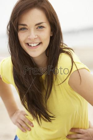Молодые люди на пляже 47