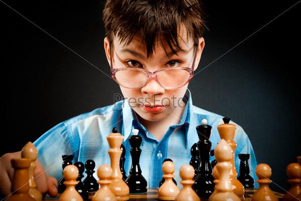 Картинки по запросу мальчик  в очках играет в шахматы