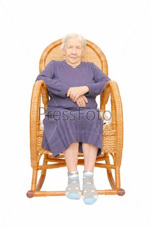 Женщина сидит в кресле качалке рисунок