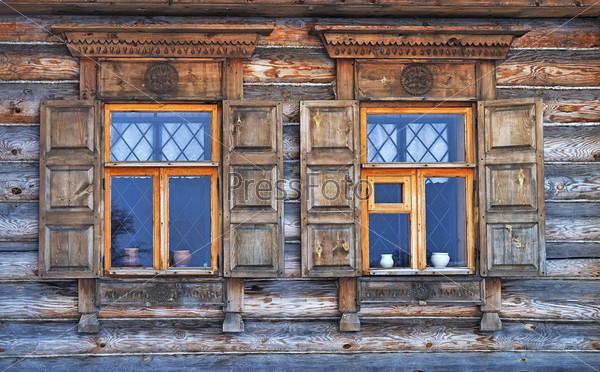 Окна в старом деревенском доме