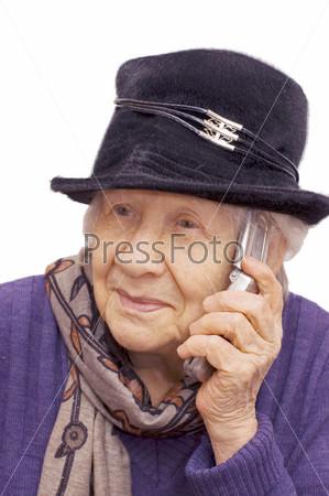 Старушка разговаривает по мобильному телефону