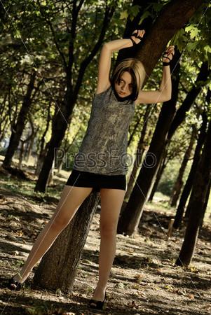 фото привязанной бабы к дереву