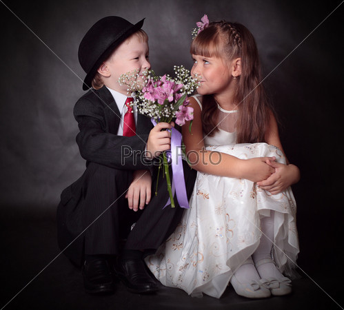 Мальчик дарит цветы 86
