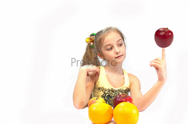Девочка с яблоками на белом фоне