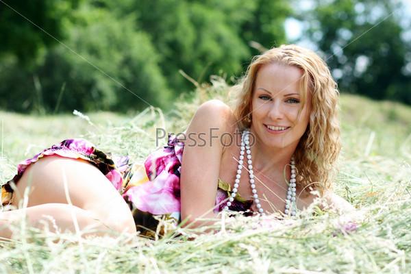 Девушка, лежащая на траве
