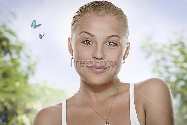 Портрет красивой блондинки на природе