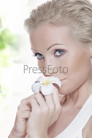 Портрет красивой блондинки с цветком