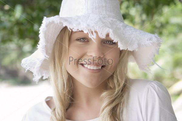 Портрет красивой блондинки в шляпе