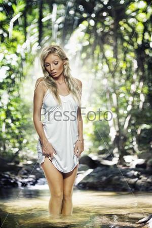 Красивая блондинка на природе