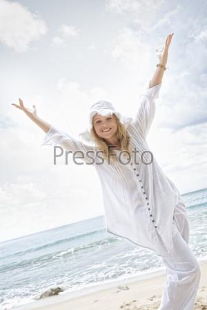 Портрет красивой блондинки в шляпе на пляже