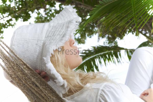 Девушка в гамаке на фоне пальм