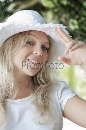 Молодая женщина в летней шляпе