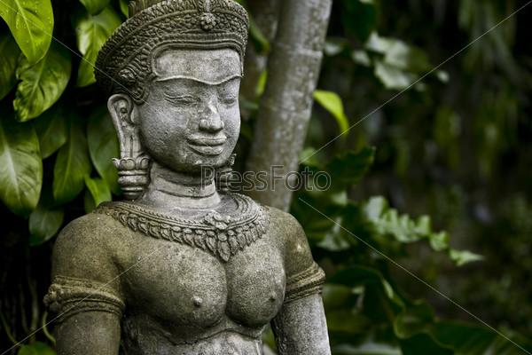 Статуя на фоне деревьев
