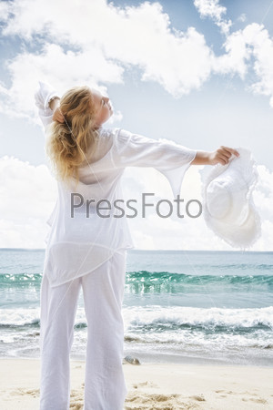 Молодая женщина на фоне океана