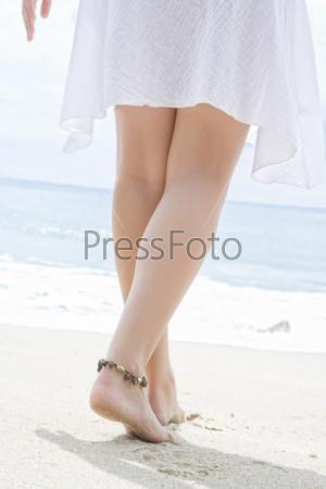 Женские ноги на фоне океана