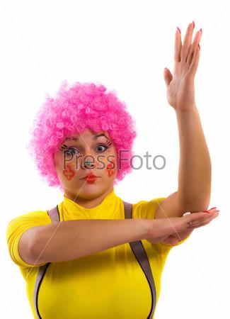 Женщина-клоун с поднятой рукой