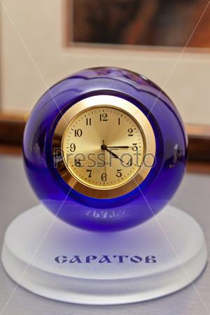 Настольные часы с золотым циферблатом