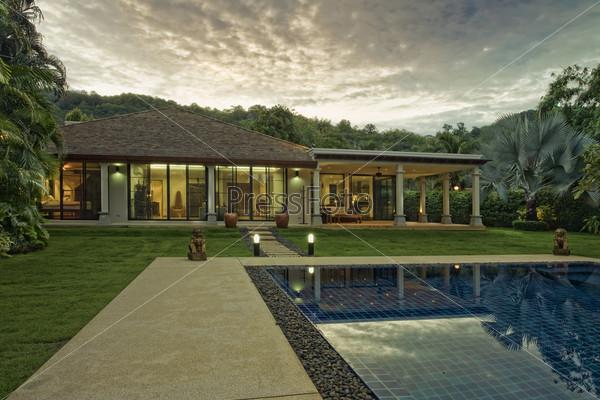 Экстерьер загородного дома с бассейном