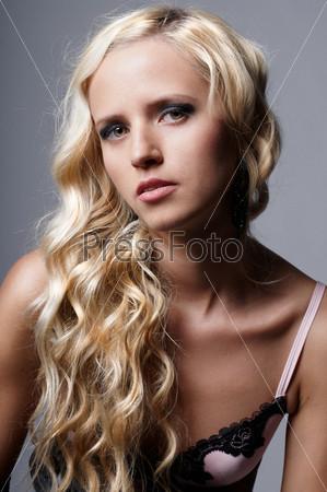 Портрет красивой девушки со светлыми волосами