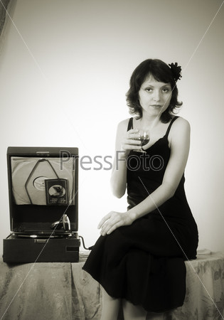Девушка с патефоном