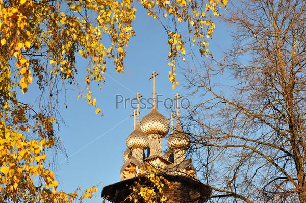 Деревянный пятикупольный храм