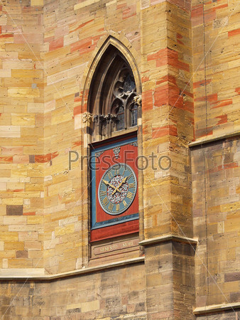 Часы на стене храма. Франция