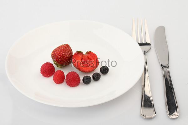 Ягодное ассорти на белой тарелке