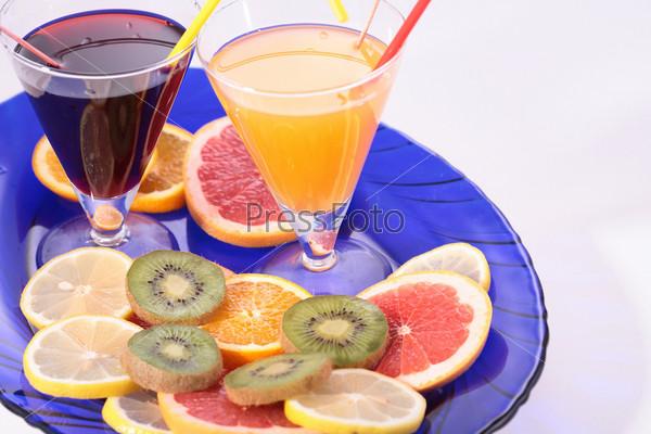 Фруктовое ассорти и соки на синем блюде